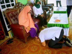 Calon Bupati Konut, Ruksamin saat bersujud dan mencium telapak kaki ibunda tercinta sebelum melakukan pendaftaran sebagai calon bupati di Kantor KPU Konut.Foto:INDOSULTRA.COM
