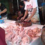 Harga ayam yang sebelumnya hanya berkisar di harga Rp50.000 dengan ukuran normal dan Rp65.000 ukuran jombo, kini naik hingga kisaran Rp70.000 sampai Rp80.000 per ekor.