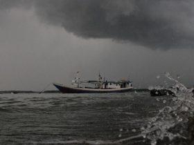 Ilustrasi cuaca ekstrim gelombang tinggi mendung hujan ombak