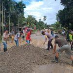 Asosiasi Kepala Desa Kecamatan Abuki Perbaiki Jalan Rusak secara Swadaya